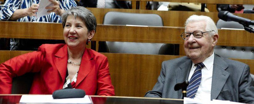 Erste Reihe: Nationalratspräsidentin Barbara Prammer und Heribert Krejci. Zweite Reihe: Lore Hostasch.