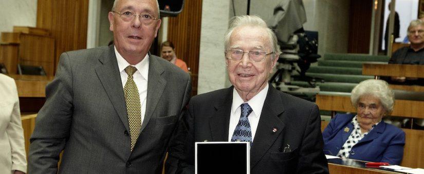 v.links: Präsident des Presseclub Concordia, Peter Bochskanl, und Preisträger Otto Schönherr