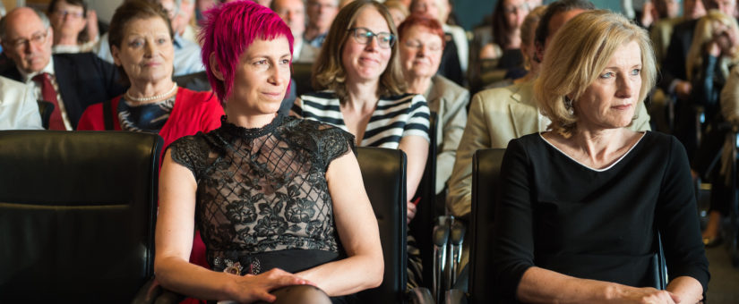 von li.: Preisträgerin Nina Strasser, Martina Salomon